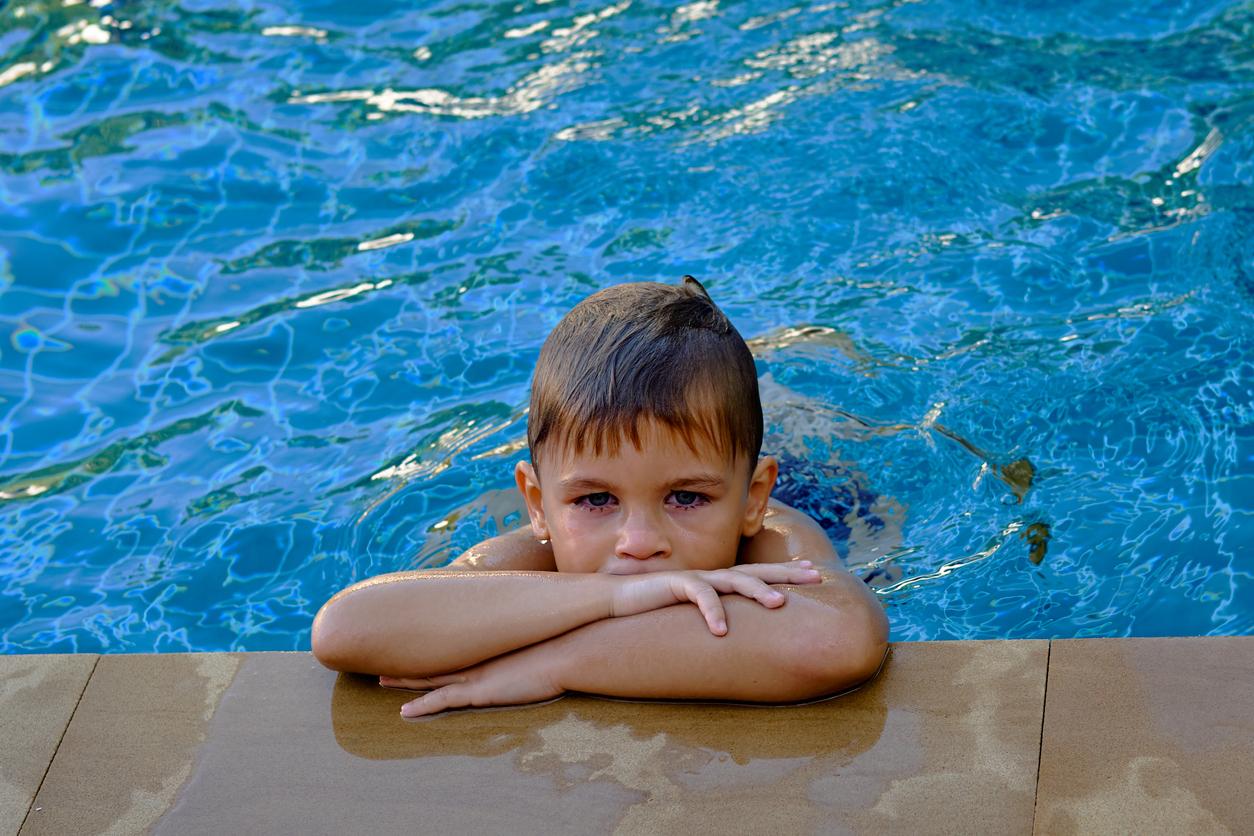 occhi-rossi-bambini-al-mare-o-piscina